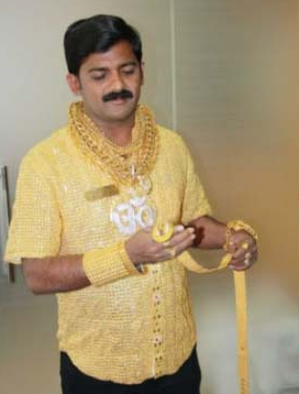 datta phuge wearing his 3.5 kg pure gold shirt