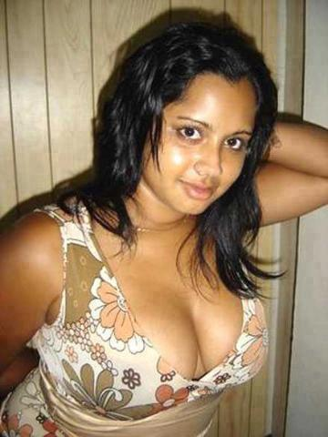 Desi Masala Aunties of Real Life in Saree And Cleavage Photo