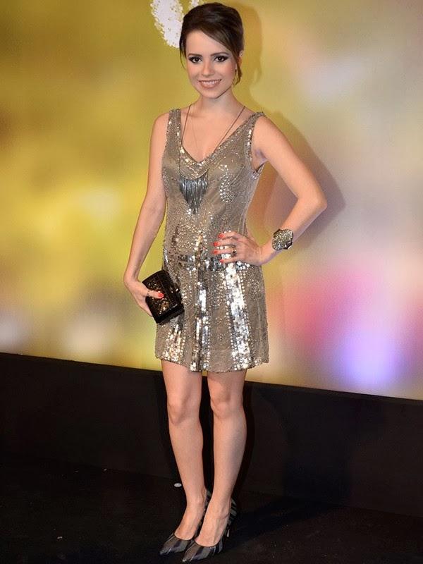 Sandy usando um lindo vestido curto e bordado. A cor, prata, deixa o vestido ainda mais bonito e sofisticado e é um look ideal para as grávidas.
