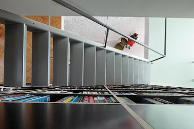 Rak Buku Sebagai Pembatas Antar Ruang 5