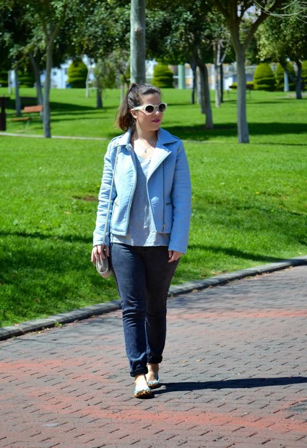 look_cazadora_azul_bebe_clon_zara_primark_bailarinas_leopardo_lolalolailo_01