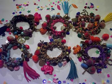 Pulsera doble con cinta de gamuza mas dijes, pompones, piedras, borla de gamuza, pelos de colores !