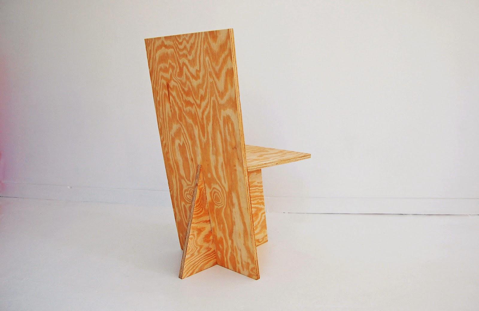 Note que o encosto é feito de uma única peça de madeira. #B34D18 1600x1040