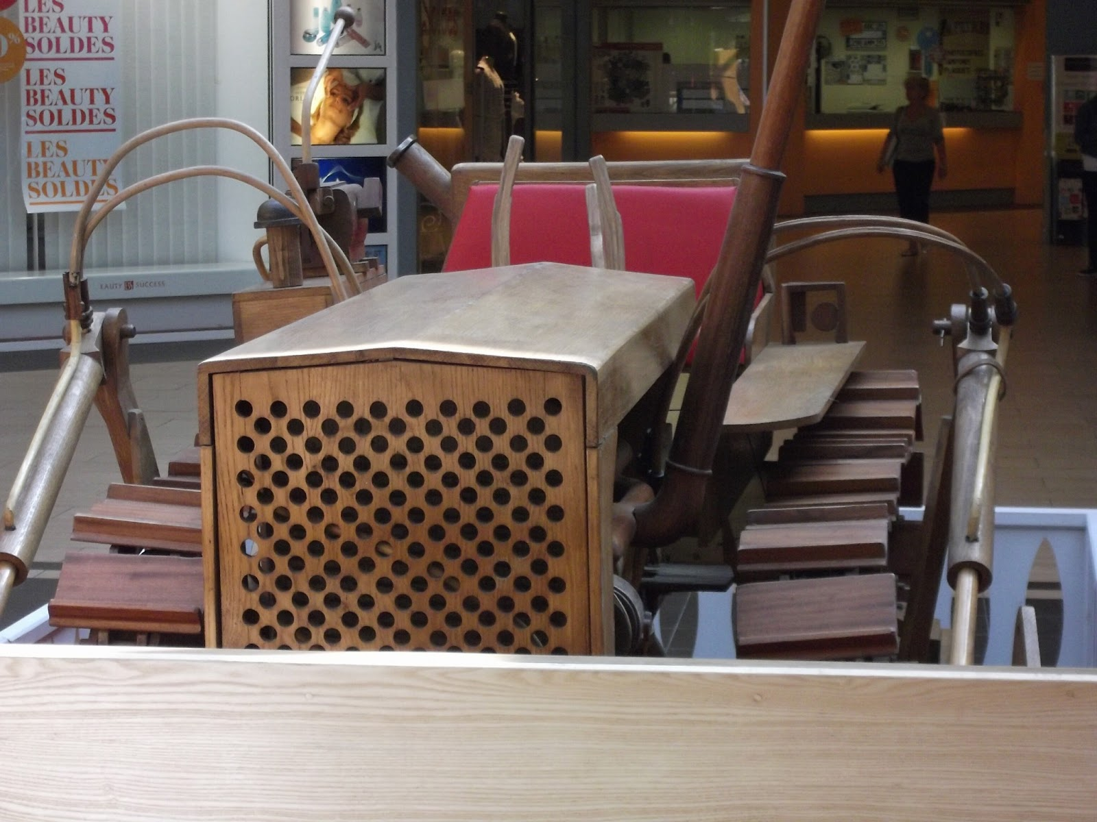 expo de divers objets en bois au centre commercial le