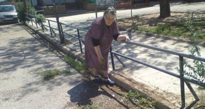 Χίος: γιαγιά καθαρίζει επί 33 χρόνια τον δρόμο που περνάει ο Επιτάφιος γιατί ο δήμος ειναι ανύπαρκτος προφανώς!