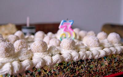 бяла торта с боровинки