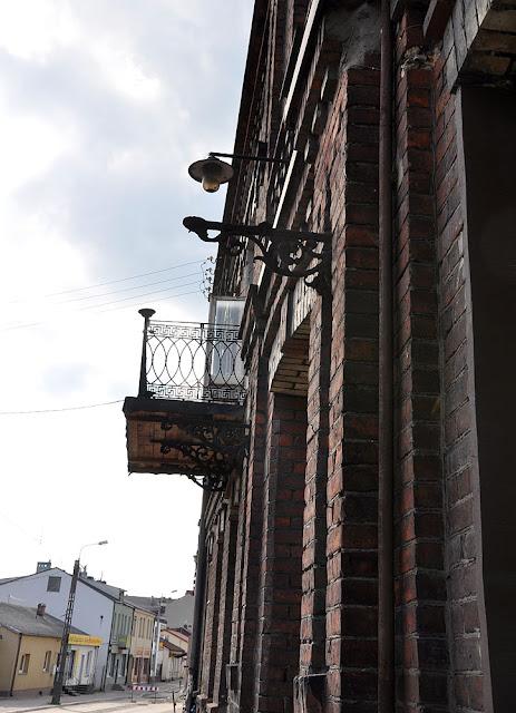 Końskie, kamienica na ulicy 1 Maja 25 pochodząca z 1902 - lampa pamiętająca czasy elektrowni koneckiej, poniżej wspornik (jeden z niewielu w Końskich zachowanych) też pod lampę (naftową, gazową?). Fot. KW.