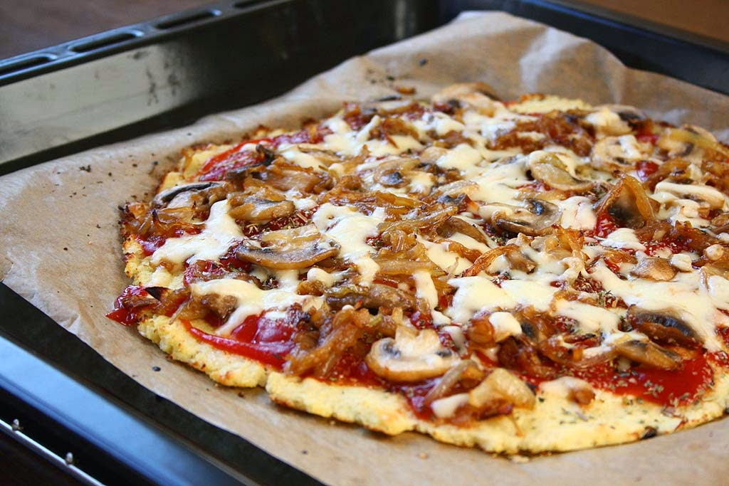 how to make a cauliflower pizza crust