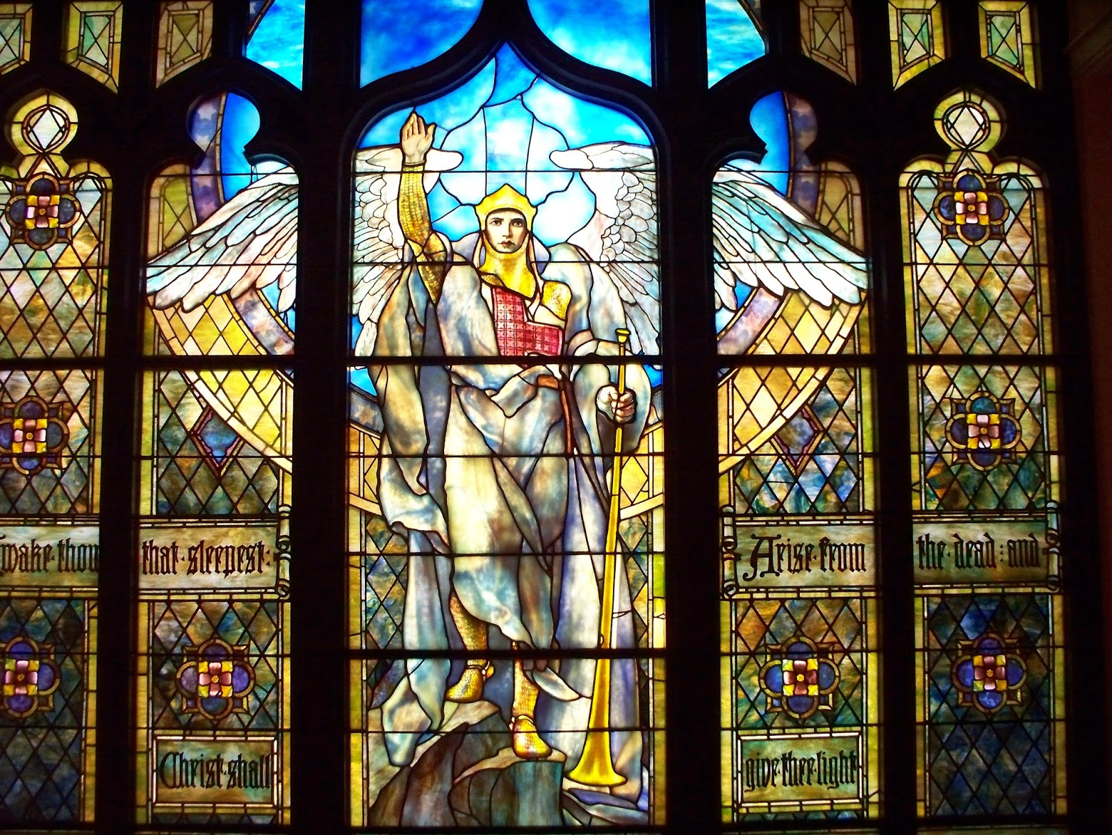 "L ANGELO DI TIFFANY ""Angel of the Resurrection"" dell artista newyorkese Louis fort Tiffany 1848 1933"