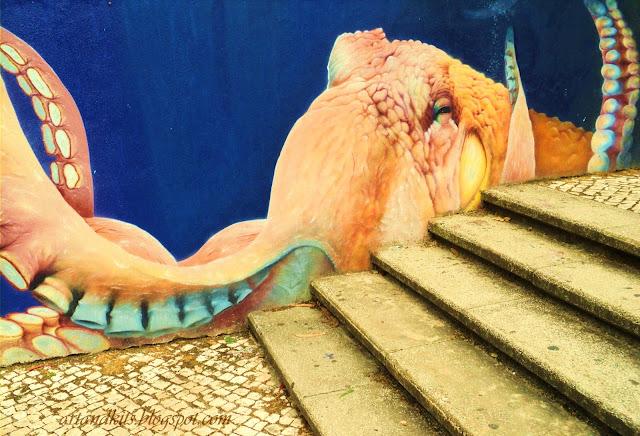 Aqui fica hoje, uma imagem parcial, de um mural, que podemos encontrar, à entrada das Piscinas Municipais de Odivelas... Um exemplo de arte... que podemos encontrar, em plena cidade... / So, here it is, today a partial image of a painted wall, that we can find near the entrance to the Municipal Swimming Pools from Odivelas... An example of art... that we can find in this town...