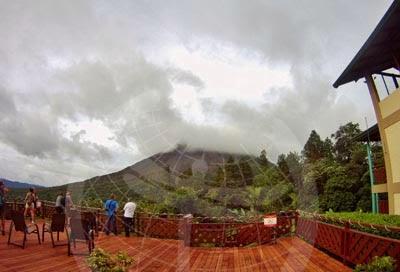 Mirando el volcán Arenal. La Fortuna.