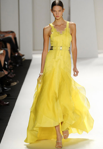 Ефирна жълта рокля на Carolina Herrera