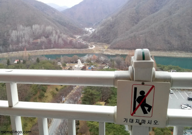 Cartel en coreano en el balcón de un hotel de Corea