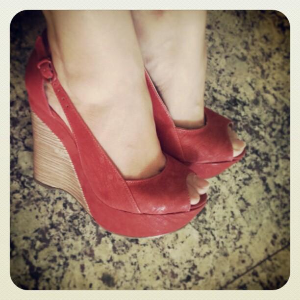 moda estilo costura sandália vermelha anabela