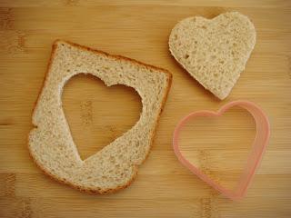 cute food for kids - pão com ovo de coração