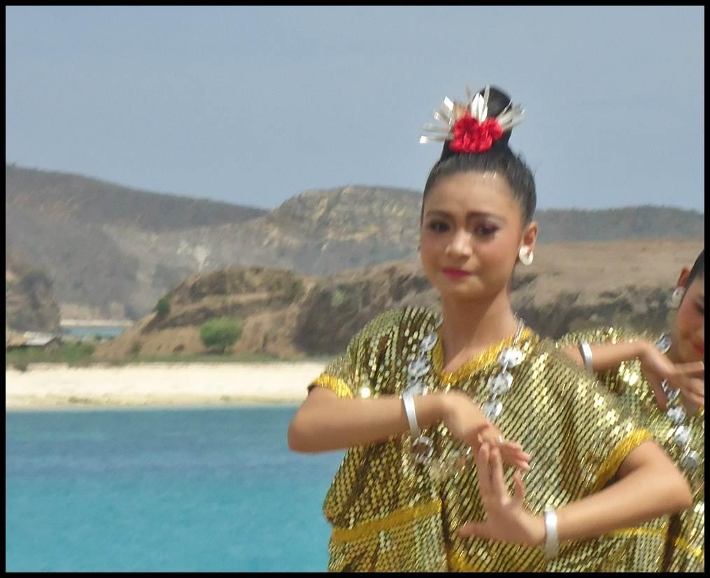 Tarian Asih Tresna di Atas Tanjung Aan Lombok Tengah
