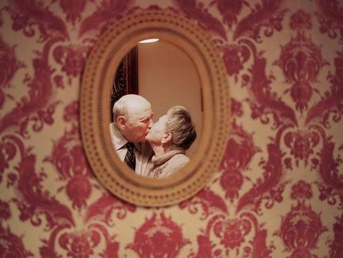Amar no es mirarse el uno al otro,
