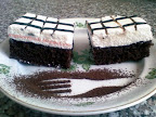 Csokoládés habos kocka, kevert tésztás sütemény, kakaós tésztával, tojásfehérjehabbal és csokoládémázzal a tetején.
