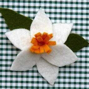 http://www.todomanualidades.net/2012/09/como-hacer-un-narciso-de-fieltro/