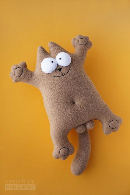 Игрушка ручной работы - бежевый котик из флиса.