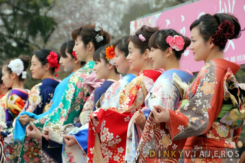 Jóvenes japonesas vestidas con el kimono tradicional