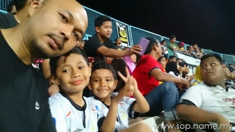 Pengalaman pertama Azfar dan Azwar menonton bola di stadium