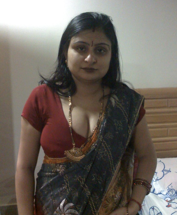 Best Aunty Pictures: Real Life Aunty Boobs Clevages Navel ...