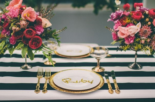 modern dukning, dukning rosa guld ränder, dukning blommor mixade färger, dukning blandade färger, tabel setting modern, stylish table setting, tabel setting hot pink gold stripes, tabel settin mixed flowers