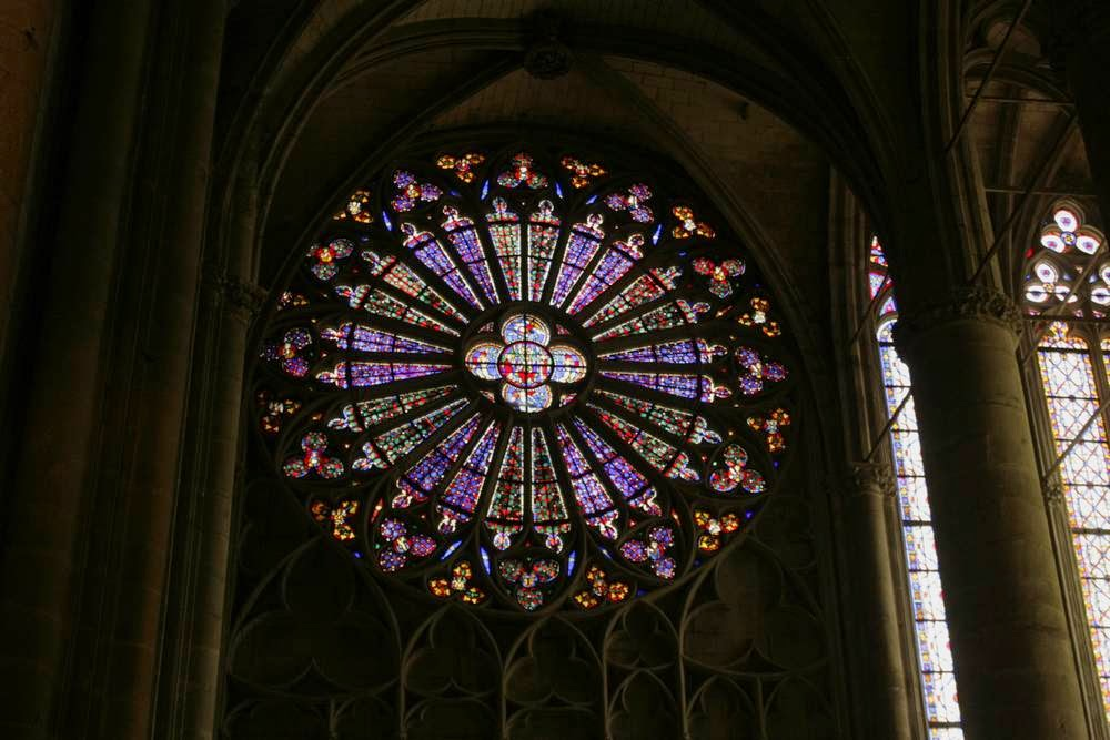 Glas in lood rozetraam in de kerk van Carcassonne