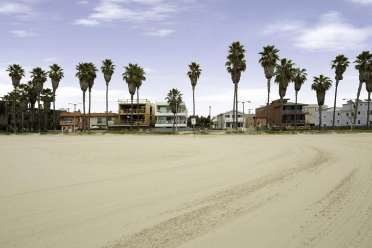 Modern mansion on the beach by Dan Brunn from the beach