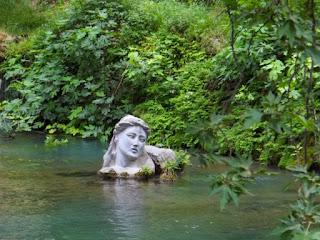 Το πιο παράδοξο μαντείο της αρχαιότητας βρισκόταν στην Έρκυνα, το θηλυκό ποτάμι της Λιβαδειάς. Οι επισκέπτες πρώτα έπιναν το νερό της Λήθης για να ξεχάσουν και μετά το νερό της Μνήμης για να θυμηθούν όσα θα ακούσουν στην σπηλιά.