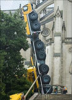 انقلاب رافعه تزن 500 طن اثناء ترميم بناية بواشنطن