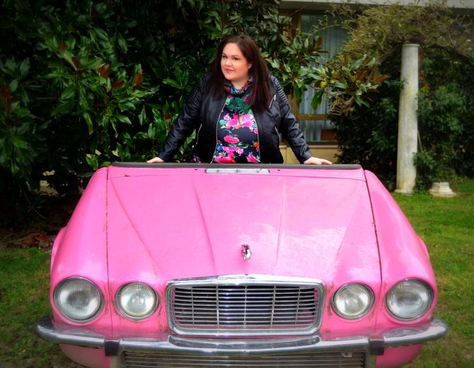 outfit plus size con abito fiorato con giubbotto e stivaletti biker, pink cadillac