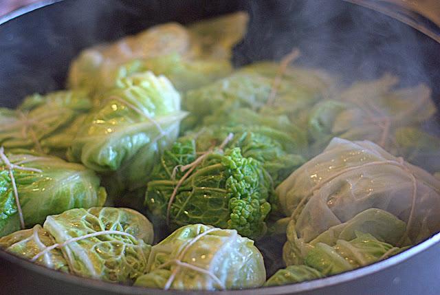 Involtini di verza con salsiccia in cottura