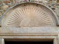 Capçalera en forma de petxina sobre la porta de Sant Julià d'Alfou