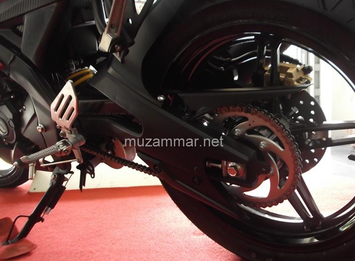 Ternyata swing arm Yamaha YZF R15 V2 . . . benar - benar padat dan panjang . , weleh