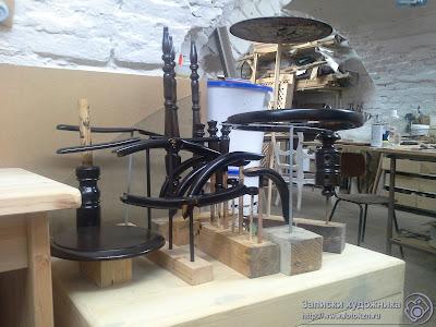 Реставрационная мастерская по дереву, разобранный стул