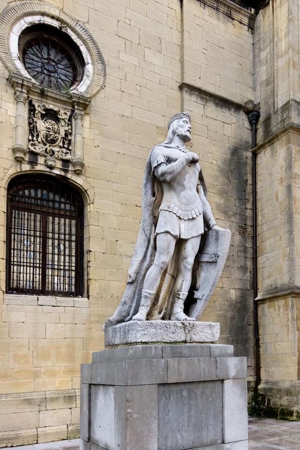 Estatua de Alfonso II el Casto en Oviedo