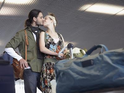 fotos de novios besandose en aeropuerto