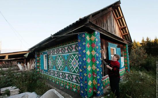 Una pensionista rusa decora su casa con 30.000 tapas de botellas de plástico