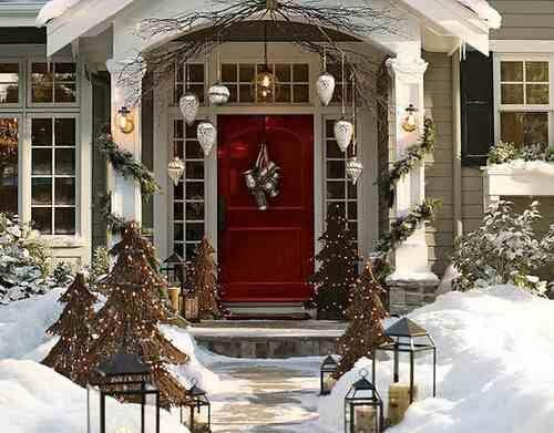 Lampiony i choinki wraz ze swiątecznymi dekoracjami tworzą bożonarodzeniowy klimat