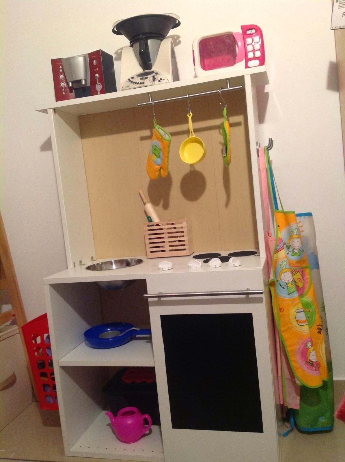 Una cocina de juguete en un mueble faktum mi llave allen - Cocinas de madera para ninos ikea ...