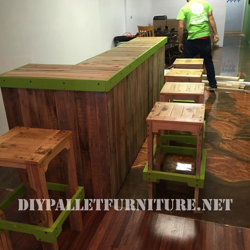 Barra de bar y taburete con palets for Bar hecho en madera