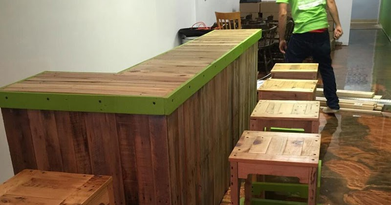 Barra de bar y taburete con palets for Muebles barra de bar