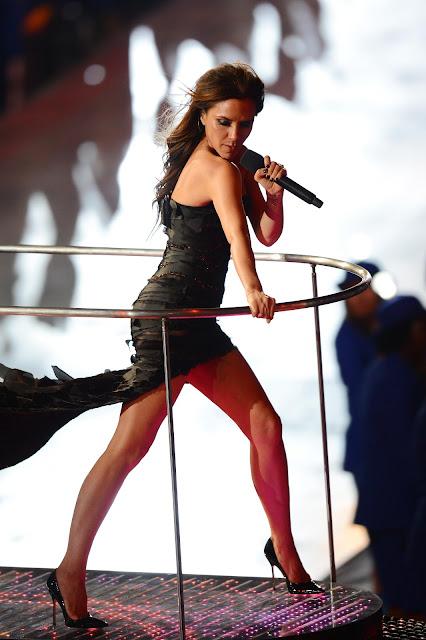 Victoria Beckham - a Posh Spice - Apresentando-se ao lado do grupo Spice Girls no encerramento das Olimpíadas de Londres 2012.