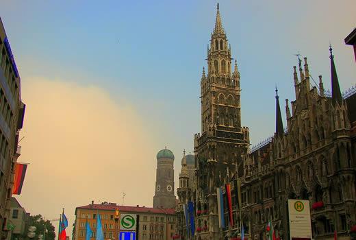 Marienplatz in München - rechts das Rathaus und im Hintergrund die Frauenkirche