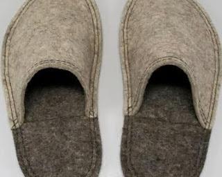 http://www.manualidadesplus.com/2011/05/como-hacer-pantuflas-facil-de-fieltro.html