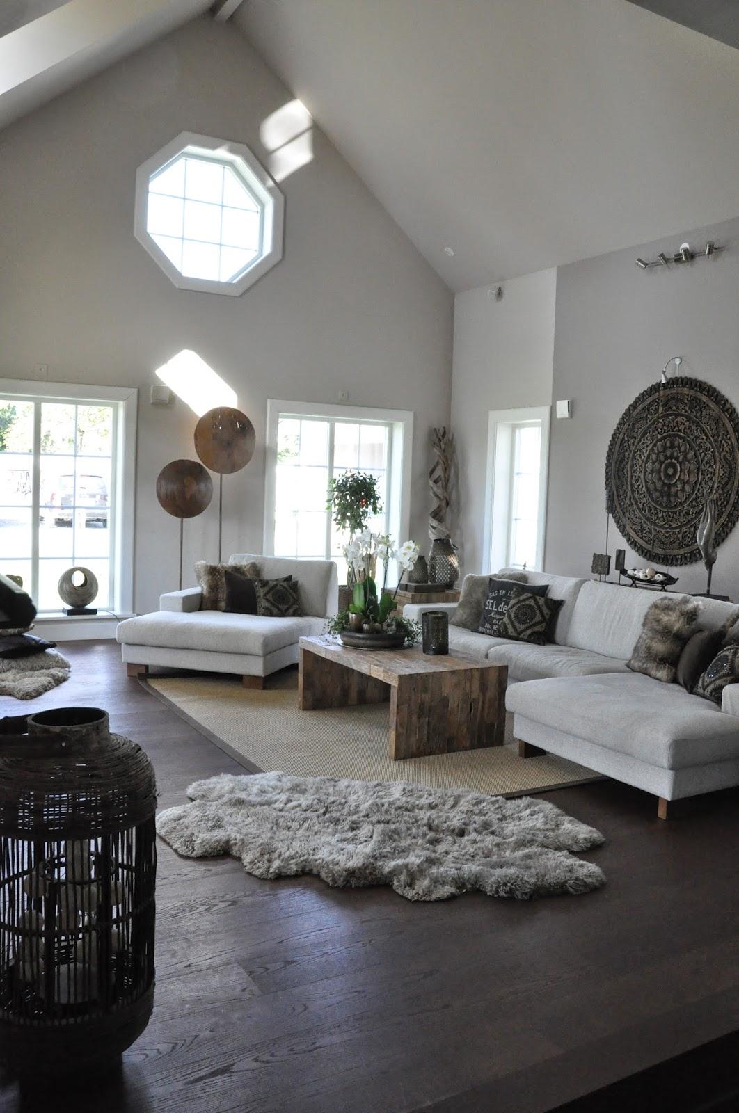 Den vita drömgården: flyttar runt möbler på kontoret