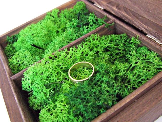 Pudełko na obrączki w stylu rustykalnym boho. Brązowe pudełko na obrączki z mchem Eco Manufaktura. Wedding ring box.