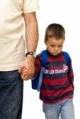 Genitori distratti Genitori distratti 1582834 triste ragazzo a piedi a scuola da suo padre la mano